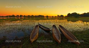 Рассвет и лодки равнина