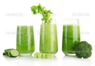 зеленые овощи сок на белом