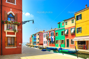 Бурано остров канал красочные дома и лодки