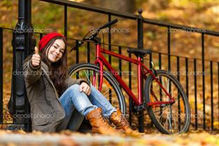 девушка и велосипед в парке