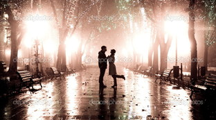 Пара гуляет в ночи огни