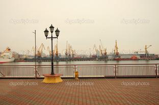 фонарь на набережной в порту Одесса