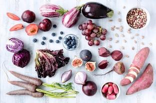 ассорти фиолетовых оттенков фрукты и овощи